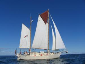 Tahitiana - Moon River6 Under full sail